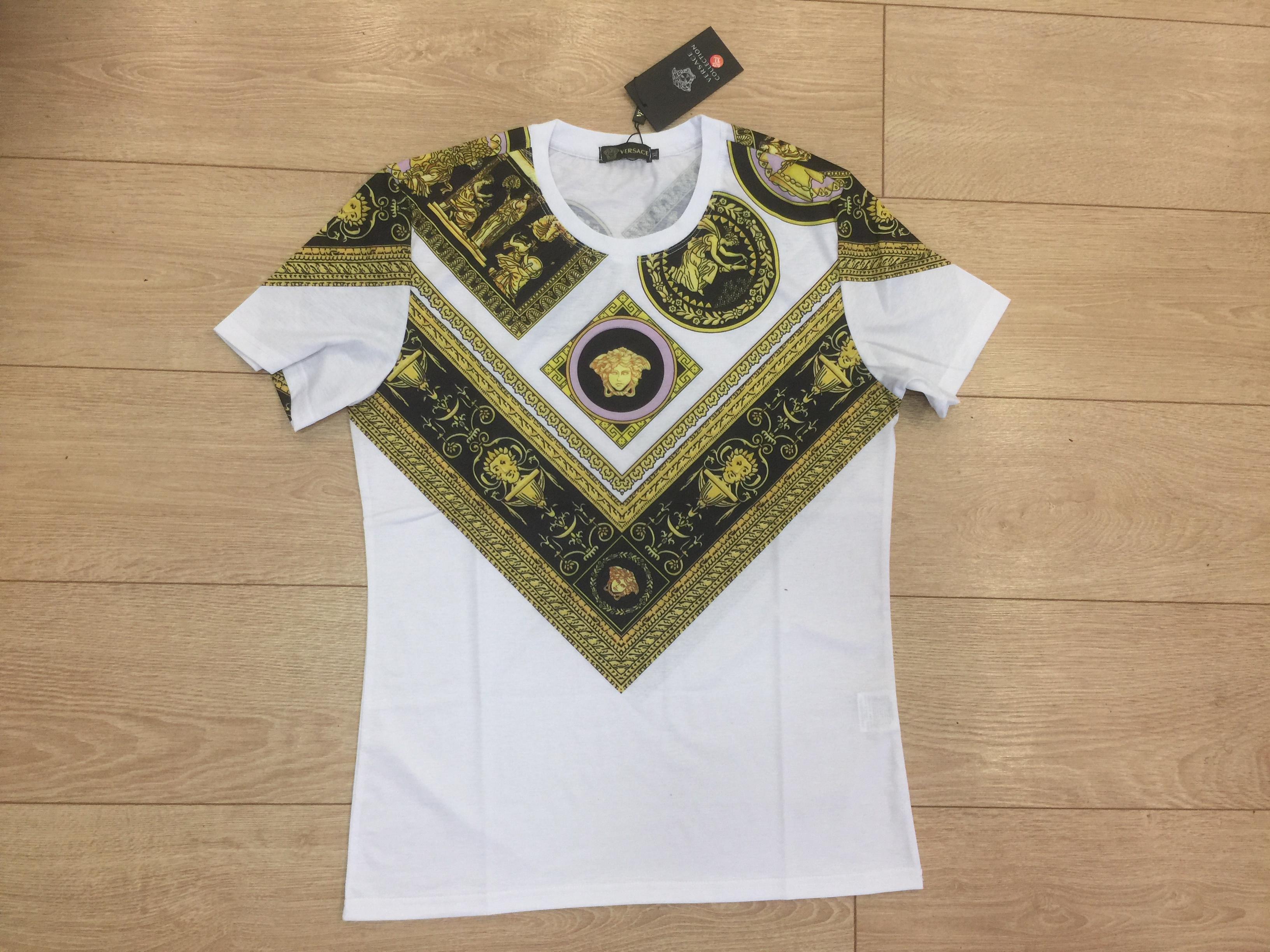 фото футболки Версаче на полу