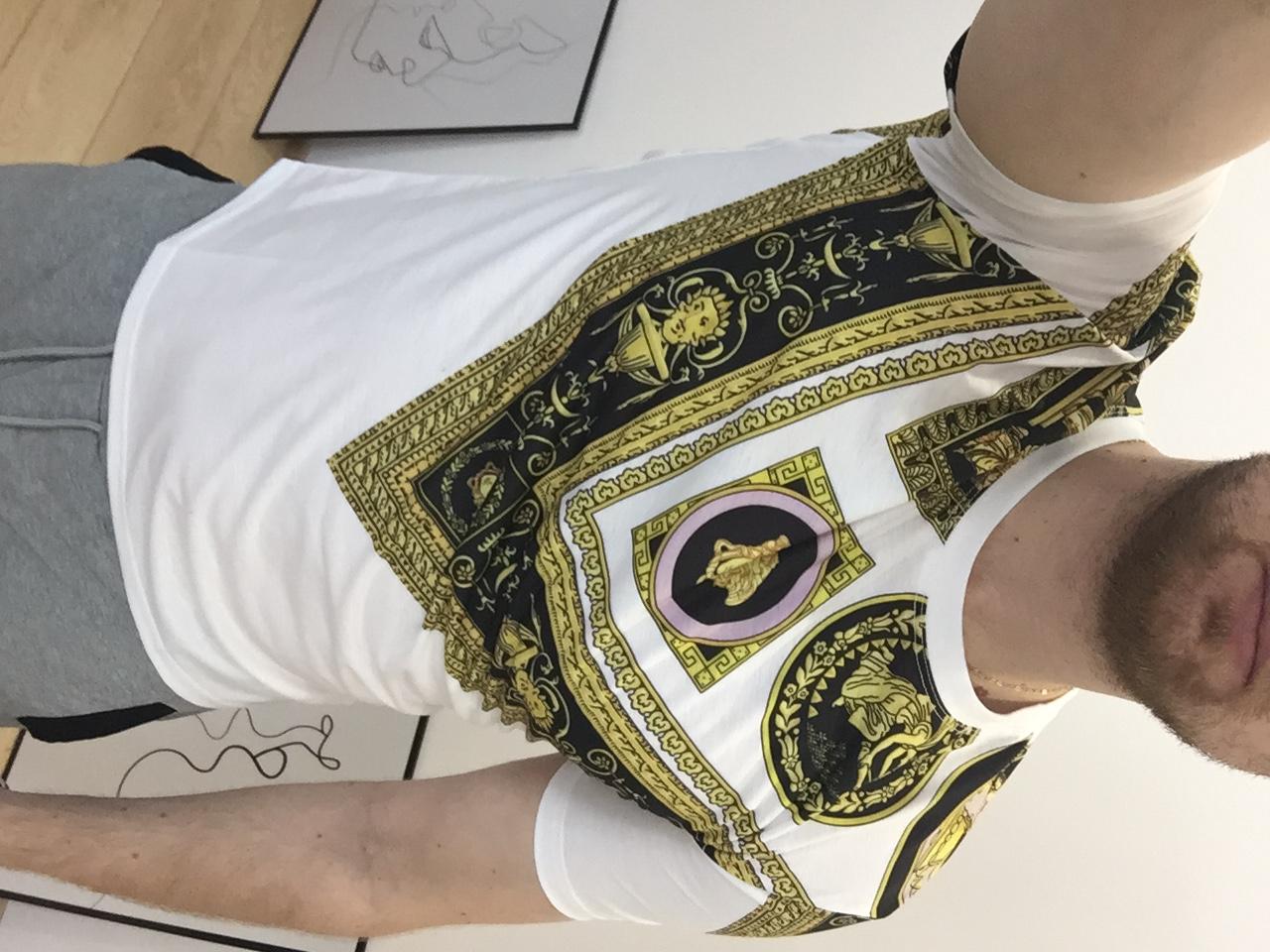 селфи парня в футболке Версаче