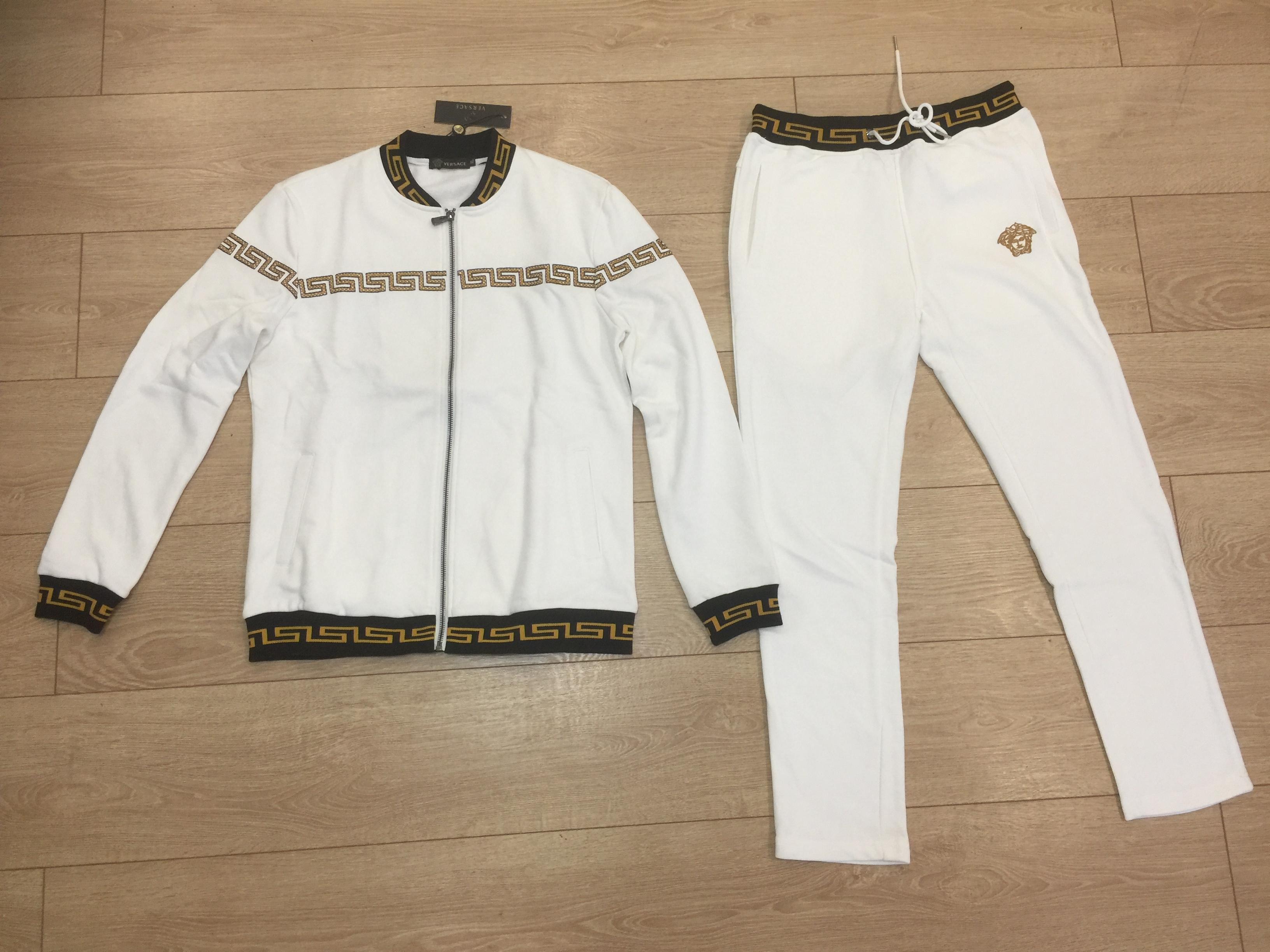 вид спереди костюма Versace белого